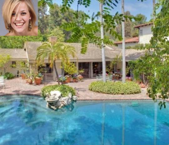 Acctress Reese Witherspoon with her latest acquired mansion on Brentwood Street
