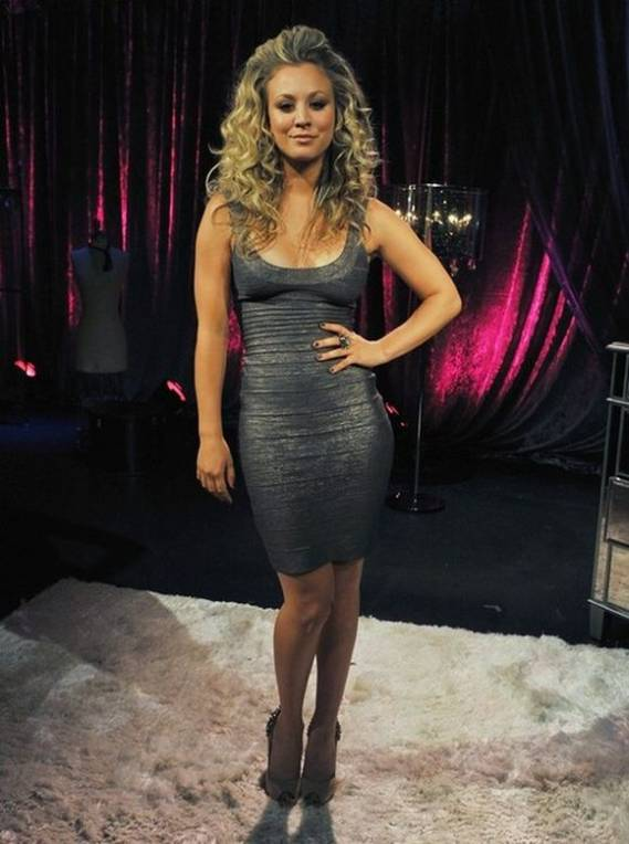 With her hairs open and wearing a short, black sexy dress, Kaley Cuoco enhanced her frame with the pump from Sam Edelman.