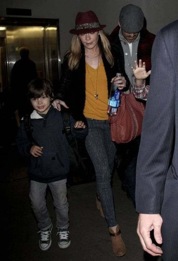 An American country and pop singer LeAnn Rimes was spotted wearing the stretchable denim at the LAX airport on December 2012.