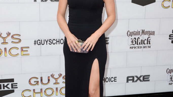 Julianne flaunted her luxurious House of Harlow clutch in a high profile event.