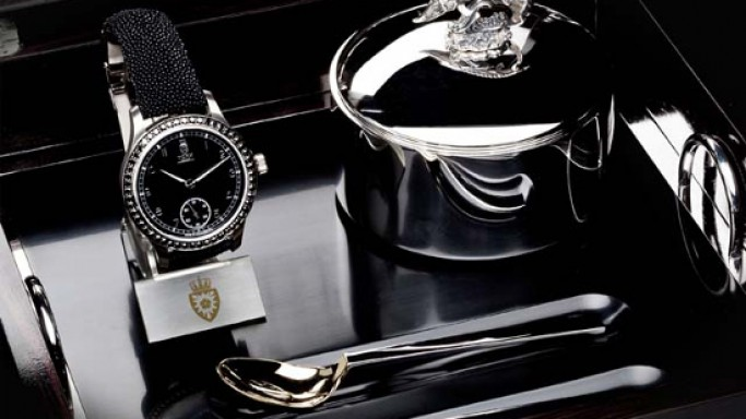 Royal Black Caviar Watch comes with an exclusive silver caviar case and 24kt gold plated spoons