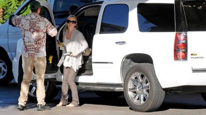 Kendra Wilkinson drives GMC Yukon