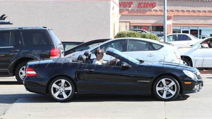 Jude Law drives Mercedes SL550